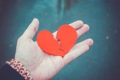 Concept de divorce - le coeur brisé dans les mains masculines photographie stock libre de droits