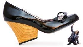 Concept de domination de femme - chaussures et homme Photographie stock