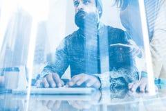 Concept de double exposition Homme barbu travaillant dans le bureau Collègue dactylographiant à un clavier d'ordinateur Participa photo libre de droits