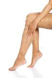 Concept de douleur de jambes - jambes attachées avec la corde Photos stock
