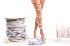 Concept de douleur de jambes - jambes attachées avec la corde d'isolement Photo libre de droits