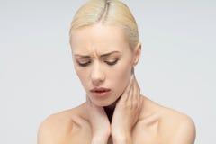 Concept de douleur Jeune femme avec toucher sa gorge Image stock