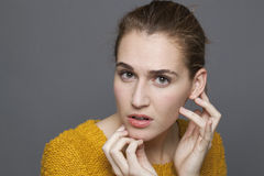 Concept de doute et de confusion pour la fille 20s confuse Photographie stock libre de droits