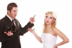 Concept de dépenses de mariage. Marié de jeune mariée avec la bourse vide Photos stock