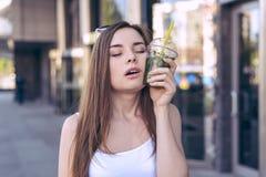 Concept de expression facial d'adolescent de personne de personnes d'émotion comique humoristique Fermez-vous vers le haut du por images stock