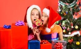 Concept de faire la fête et de vacances Enfants avec les visages étonnés image libre de droits