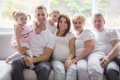 Concept de famille, de bonheur, de génération et de personnes sur le sofa photo stock