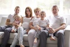 Concept de famille, de bonheur, de génération et de personnes sur le sofa images stock