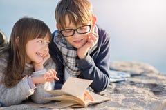 Concept de famille, de tourisme, de vacances et d'éducation Image stock