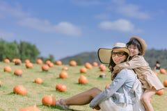 Concept de famille fille de mère et d'enfant dehors en été Photographie stock libre de droits