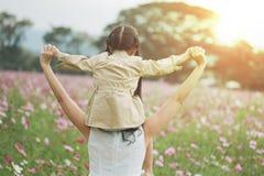 Concept de famille fille de mère et d'enfant dehors en été Photographie stock
