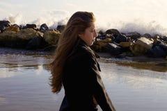 Concept de femme de solitude et de tristesse devant le plan rapproché d'océan Image stock