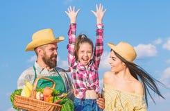 Concept de festival de ferme de famille Mode de vie de famille de campagne March? de ferme avec l'agriculteur rustique barbu d'ho images libres de droits