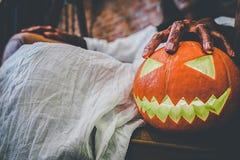 Concept de festival de Halloween Fille de Ghost dans le sang avec le blanc photos libres de droits