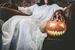 Concept de festival de Halloween Fille de Ghost dans le sang avec d blanc photographie stock