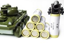 Concept de financement de guerre, argent avec l'arme à feu de réservoir, l'espace de copie image libre de droits
