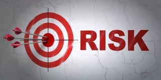 Concept de finances : cible et risque sur le fond de mur Photos libres de droits