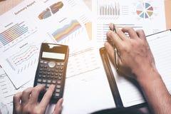 Concept de finances de vue supérieure, femme d'affaires faisant des finances photos libres de droits
