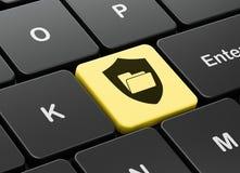 Concept de finances : Dossier avec le bouclier sur le fond de clavier d'ordinateur Photos libres de droits