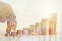 Concept de finances et d'investissement, double exposition de doigt de plain-pied image stock