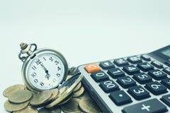 Concept de finances et d'opérations bancaires Fermez-vous vers le haut des pièces de monnaie et de la calculatrice pour photos libres de droits