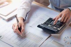 Concept de finances et de journalisation femme d'affaires travaillant au bureau utilisant la calculatrice pour calculer photo libre de droits