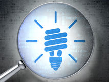 Concept de finances : Lampe économiseuse d'énergie avec optique Photographie stock