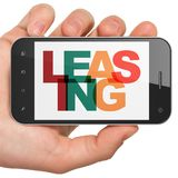 Concept de finances : Main tenant Smartphone avec le crédit-bail sur l'affichage Photo libre de droits