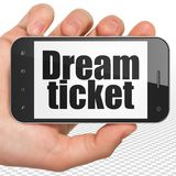 Concept de finances : Remettez tenir Smartphone avec le billet rêveur sur l'affichage Image stock