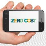Concept de finances : Remettez tenir Smartphone avec le coût nul sur l'affichage Image libre de droits