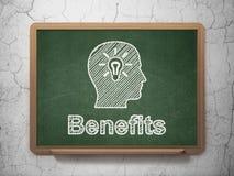 Concept de finances : Tête avec l'ampoule et les avantages Image stock