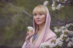 Concept de fleur de ressort Fille sur le visage rêveur, fleurs violettes proches blondes tendres d'arbre de judas, fond de nature Images libres de droits