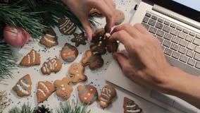 concept de flirt Biscuits traditionnels de Noël banque de vidéos