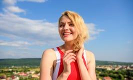 Concept de flirt et de coquette Coquette espiègle d'humeur de fille Art final de séduction Le sourire blond de dame de fille appr image libre de droits