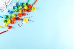 Concept de flux de créativité Fond de papier bleu photographie stock