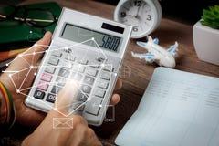 Concept de fond d'affaires ou de finances La fin vers le haut de l'homme calculent le paiement photos libres de droits