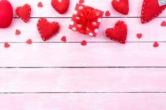 Concept de fond de jour de valentines Boîte-cadeau rouge avec le coeur rouge fait main sur le fond en bois en pastel de rose photographie stock libre de droits