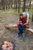 Concept de forêt de feu de pique-nique de nature d'amour de couples Image libre de droits