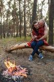 Concept de forêt de feu de pique-nique de nature d'amour de couples Photo libre de droits