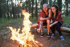 Concept de forêt de feu de pique-nique de nature d'amour de couples Photo stock