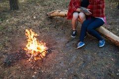 Concept de forêt de feu de pique-nique de nature d'amour de couples Photographie stock