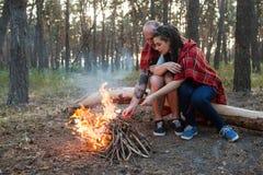 Concept de forêt de feu de pique-nique de nature d'amour de couples Photos libres de droits