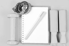 Concept de formation et de rafraîchissement Équipement de bloc-notes, de stylo et de gymnase Image libre de droits