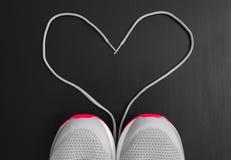 Concept de forme physique Amour au sport Les espadrilles folâtrent des chaussures avec des dentelles comme forme de coeur sur le  Photo libre de droits