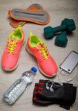 Concept de forme physique avec des chaussures, des haltères, l'eau et des espadrilles de sport Photo libre de droits