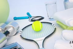 Concept de forme physique avec de l'eau, serviettes, espadrilles, raquette de tennis, dix Images libres de droits