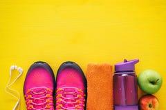 concept de forme physique avec la bouteille de chaussures roses de sport de l'eau, de serviette et de femme au-dessus de fond col Photos libres de droits