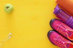 concept de forme physique avec la bouteille de chaussures roses de sport de l'eau, de serviette et de femme au-dessus de fond col Image stock