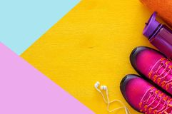 concept de forme physique avec la bouteille de chaussures roses de sport de l'eau, de serviette et de femme au-dessus de fond col Photo stock