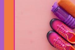 concept de forme physique avec la bouteille de chaussures roses de sport de l'eau, de serviette et de femme au-dessus de fond col Images libres de droits